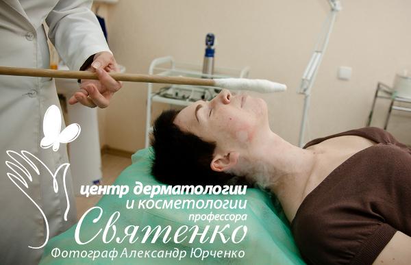 Врач косметолог проводит процедуру криомассажа, наглядно продемонстрировано его действие.