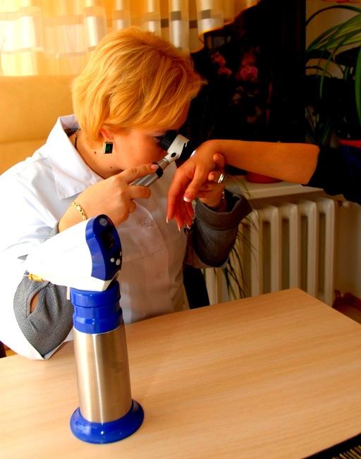 Профессор Святенко проводит процедуру дерматоскопия в Днепропетровске.