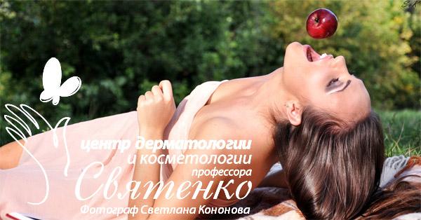 Девушка в ожидании красного спелого яблока на завтрак.